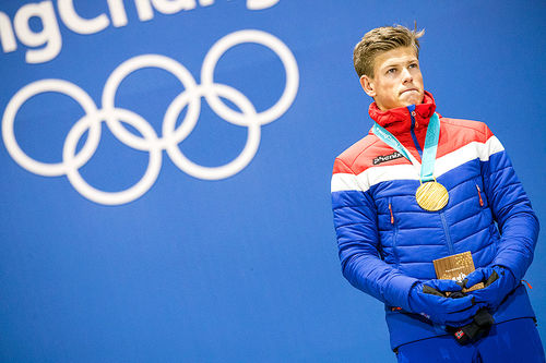 Johannes Høsflot Klæbo med gullmedaljen fra OL-sprinten i Pyeongchang 2018. Foto: Modica/NordicFocus.