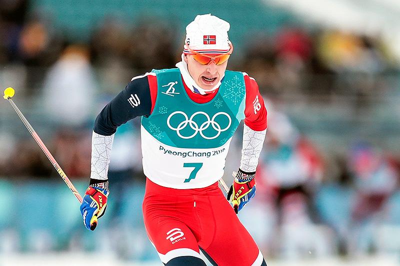 Simen Hegstad Krüger underveis i fellesstarten med skibytte under OL i Pyeongchang 2018. Det endte med gull. Foto: Modica/NordicFocus.