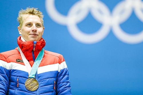 Simen Hegstad Krüger med gullmedaljen som viser at han ble olympisk mester i skiathlon under Pyeongchang-OL 2018. Foto: Modica/NordicFocus.