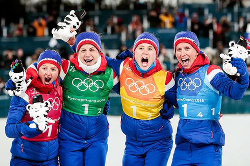 Norges gulldamer på stafett i Pyeongchang-OL 2018. Fra venstre: Ingvild Flugstad Østberg (1. etappe), Astrid Uhrenholdt Jacobsen (2), Ragnhild Haga (3) og Marit Bjørgen (4). Foto: Modica/NordicFocus.