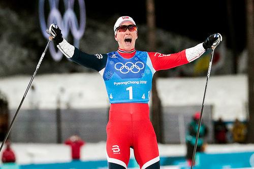 Marit Bjørgen sikret norsk stafettgull udner OL i Pyeongchang 2018 etter en forrykende ankeretappe der hun slo sprintmester Stina Nilsson i avslutningen. Foto: Modica/NordicFocus.