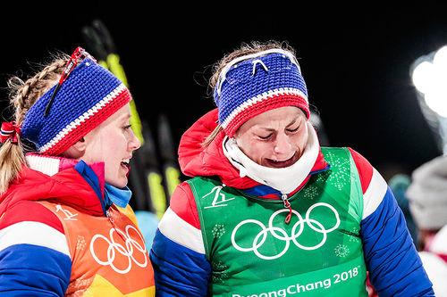 Det ble emosjonell dag for Astrid Uhrenholdt Jacobsen (t.h.) da hun tapte mye tid på sin 2. etappe, men Norge likevel sikret stafettgullet under OL i Pyeongchang 2018. Til venstre Ragnhild Haga som gikk en svært sterk 3. etappe. Foto: Modica/NordicFocus