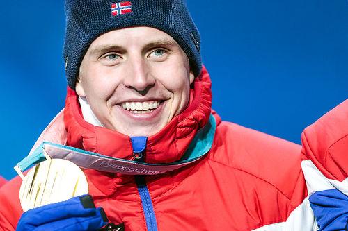 Simen Hegstad Krüger med skiathlon-gullet fra OL i Pyeongchang 2018. Foto: Modica/NordicFocus.