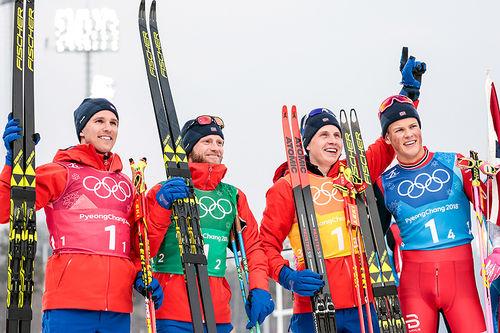 Det norske vinnerlaget på OL-stafetten i Pyeongchang 2018. Fra venstre: Didrik Tønseth (1. etappe), Martin Johnsrud Sundby (2), Simen Hegstad Krüger (3) og Johannes Høsflot Klæbo (4). Foto: Modica/NordicFocus.