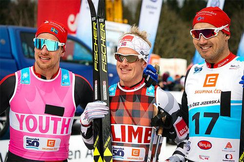 Herrenes seierspall i Jizerska 2018. Fra venstre: Oskar Kardin (2. plass), Morten Eide Pedersen (1) og Andreas Nygaard (3). Foto: Magnus Östh/Visma Ski Classics.