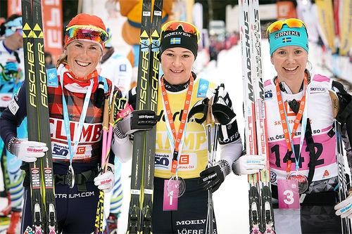 Damenes seierspall i Jizerska 2018. Fra venstre: Katerina Smutna (2. plass), Britta Johansson Norgren (1) og Sara Lindborg (3). Foto: Magnus Östh/Visma Ski Classics.