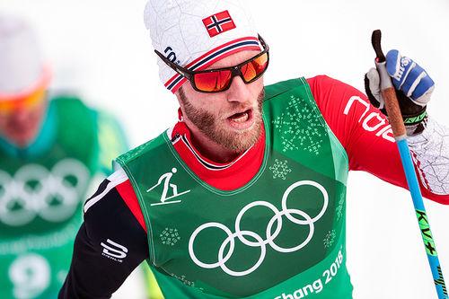 Martin Johnsrud Sundby i herrestafetten under OL i Pyeongchang 2018. Sundby gikk 2. etappe for det norske vinnerlaget. Foto: Modica/NordicFocus.