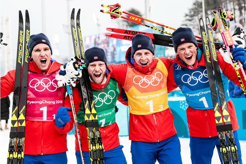 Norges gullgutter fra OL-stafetten i Pyeongchang 2018. Fra venstre: Didrik Tønseth (1. etappe), Martin Johnsrud Sundby (2), Simen Hegstad Krüger (3) og Johannes Høsflot Klæbo (4). Foto: Modica/NordicFocus.