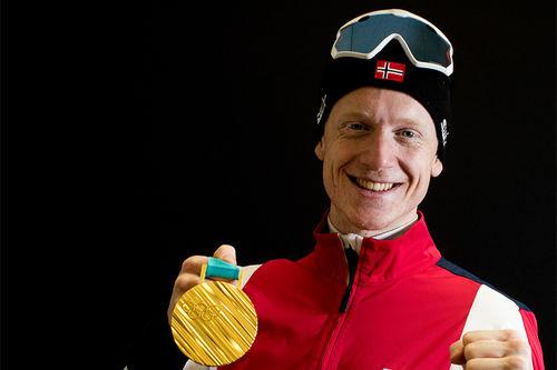 Johannes Thingnes Bø med gullmedalje fra OL i Pyeongchang 2018. Foto: Manzoni/NordicFocus.