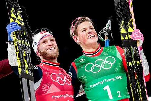 Martin Johnsrud Sundby (t.v.) og Johannes Høsflot Klæbo tok Norge inn til gull på lagsprinten under OL i Pyeongchang 2018. Foto: Modica/NordicFocus.