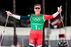 Johannes Høsflot Klæbo krysser målstreken som vinner av lagsprint under OL i Pyeongchang 2018. Makker var Martin Johnsrud Sundby. Foto: Modica/NordicFocus.