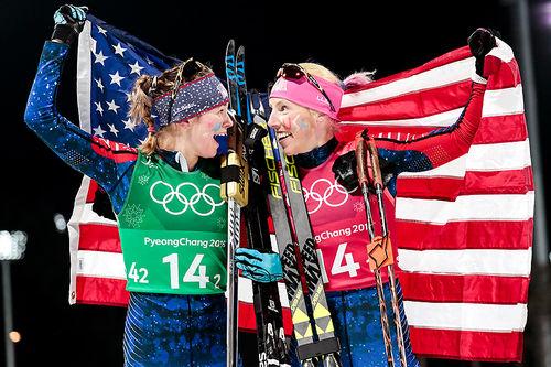 Jessica Diggins (t.v.) og Kikkan Randall tok et overraskende gull på lagsprint under OL i Pyeongchang 2018. Foto: Modica/NordicFocus.