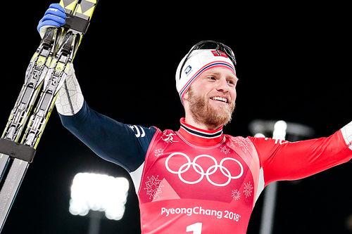 Martin Johnsrud Sundby jubler OL-gull på lagsprint i Pyeongchang 2018. Sundby gikk på lag med Johannes Høsflot Klæbo. Foto: Modica/NordicFocus.