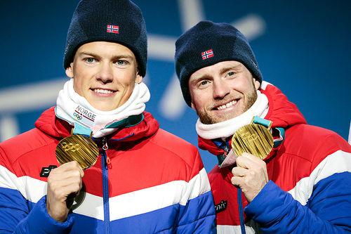 Johannes Høsflot Klæbo (t.v.) og Martin Johnsrud Sundby med gullmedaljene fra lagsprint under OL i Pyeongchang 2018. Foto: Modica/NordicFocus.