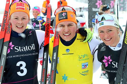 Pallen etter avsluttet 10 km jaktstart i minitouren under Skandinavisk Cup i Granåsen og Trondheim 2018. Fra venstre: Anne Kjersti Kalvå (2. plass), Tiril Udnes Weng (1) og Frida Karlsson (3). Foto: Norges Skiforbund.