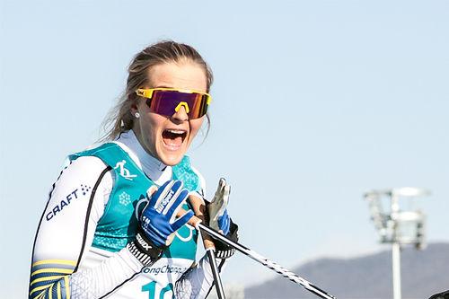 Stina Nilsson jubler meget overrasket over OL-bronse på 30 km fellesstart i Pyeongchang 2018. Foto: Modica/NordicFocus.