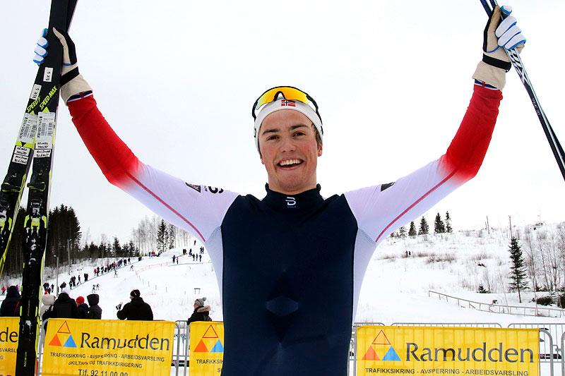 Håvard Moseby fra Kjelsås IL jubler for gull på 10 km fri teknikk i klassen for eldre junior under NM i Steinkjer 2018. Foto: Erik Borg.