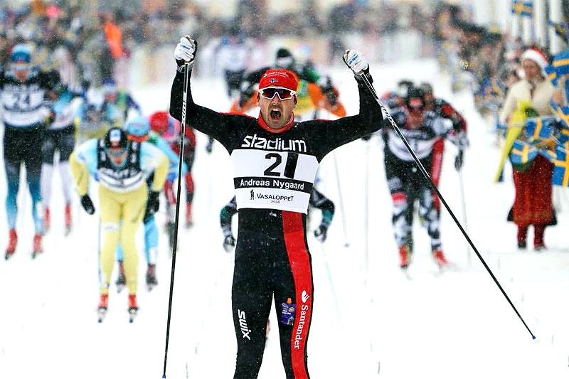 Andreas Nygaard jubler inn til seier i snøværet under Vasaloppet 2018. Foto: Magnus Östh/Visma Ski Classics.