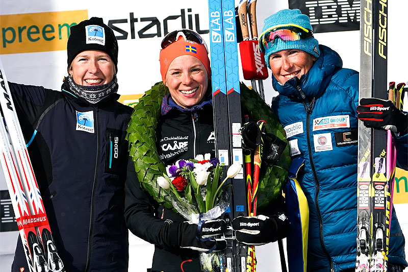 Seierspallen for damer i Vasaloppet 2018. Fra venstre: Astrid Øyre Slind (2.-plass), Lina Korsgren (1) og Katerina Smutna (3). Foto: Magnus Östh/Visma Ski Classics.