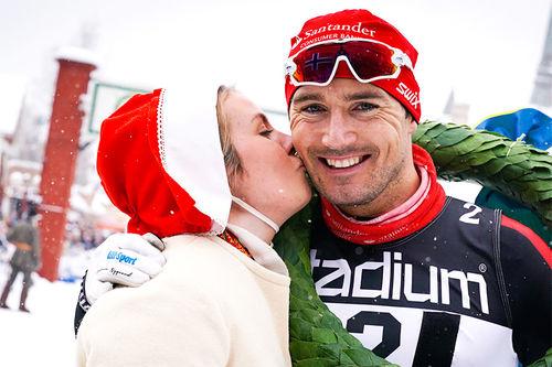 Andreas Nygaard får seierskysset fra kranskullan som bevis på at han er vinner av Vasaloppet 2018. Foto: Magnus Östh/Visma Ski Classics.