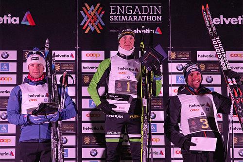 Herrenes seierspall under Engadin Nachtlauf 2018. Fra venstre: Petter Soleng Skinstad (2. plass), Kari Varis (1) og Curdin Perl (3). Foto: Filip Zuan / Engadin Skimarathon.