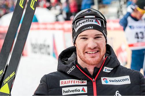 Dario Cologna smiler etter å ha vunnet 5-mila i Holmenkollen 2018. Foto: Modica/NordicFocus.