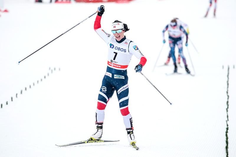 Marit Bjørgen jublende glad på vei inn til seier på 3-mila i Holmenkollen 2018. Foto: Modica/NordicFocus.