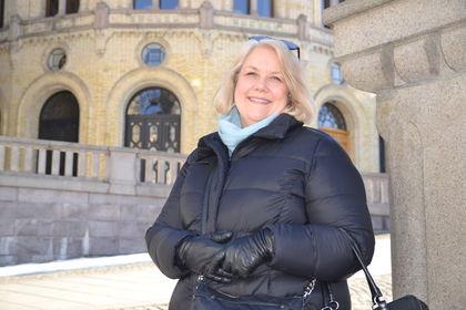 Gunn Iren Müller foran Stortinget mars 2018