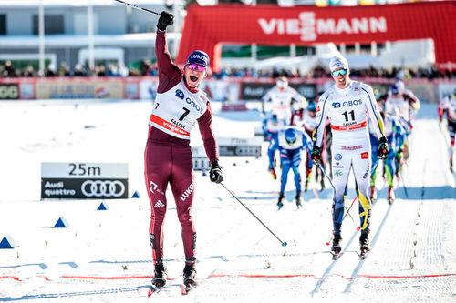 Alexander Bolshunov avgjør fellesstarten av verdenscupfinalen 2018 i Falun foran Calle Halfvarsson. Foto: Modica/NordicFocus.