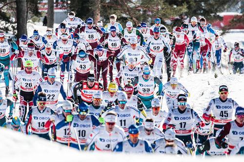 Tett om plassen på den 15 km lange fellesstarten i Falun lørdag. Foto: Modica/NordicFocus.