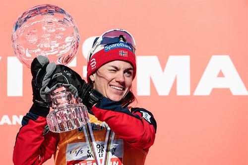 Da verdenscupen 2018 ble avrundet i Falun kunne Heidi Weng ta i mot troféet som viser at hun var vinner av totalcupen denne sesongen. Foto: Modica/NordicFocus.
