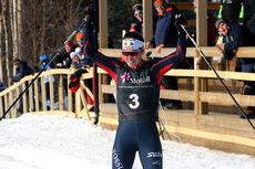 Kristin Austgulen Fosnæs jubler inn til seier i klasse Kvinner 18 år på juniorenes Norgescup-finale i Alta 2018. Foto: Erik Borg.
