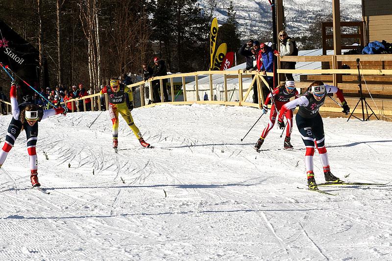 Lone Johansen (t.h.) vinner spurten for klasse Kvinner 19/20 år under Norgescup-finalen i Alta 2018. Foto: Erik Borg.
