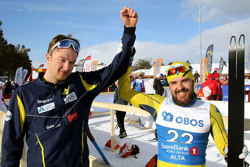 Mats Burud Skjølsvold (t.v.) var tilstrekkelig foran trener Eirik Lund Røer til at han slapp å løpe naken på NM-arenaen. Foto: Erik Borg.