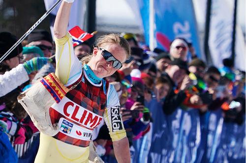 Astrid Øyre Slind jubler over seier i Visma Ski Classics-rennet Ylläs-Levi. Foto: Magnus Östh/Visma Ski Classics.