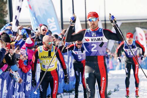 Andreas Nygaard går i mål som vinner av Visma Ski Classics-rennet Ylläs-Levi 2018, nærmest fulgt av lagkamerat Tord Asle Gjerdalen. Foto: Magnus Östh/Visma Ski Classics.