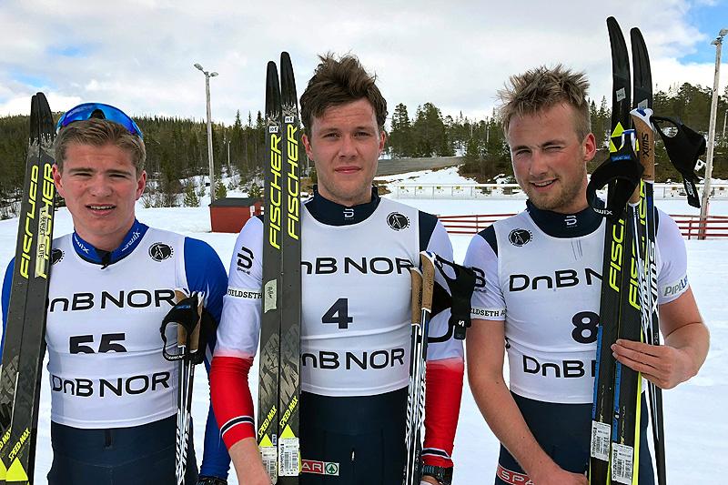Seierspallen for herrer i Grovamila 2018. Fra venstre: Kristoffer Berseth (3.-plass), Ole Jørgen Bruvoll (1) og Even Northug (2). Foto: Hallgeir Martin Lundemo