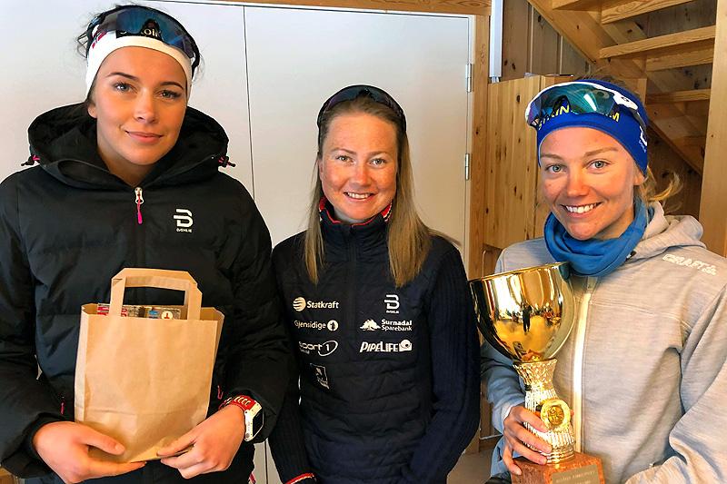 Seierspallen for damer i Grovamila 2018. Fra venstre: Julie Karlsen (3.-plass), Alise Einmo (2) og Berit Mogstad (1). Foto: Hallgeir Martin Lundemo.