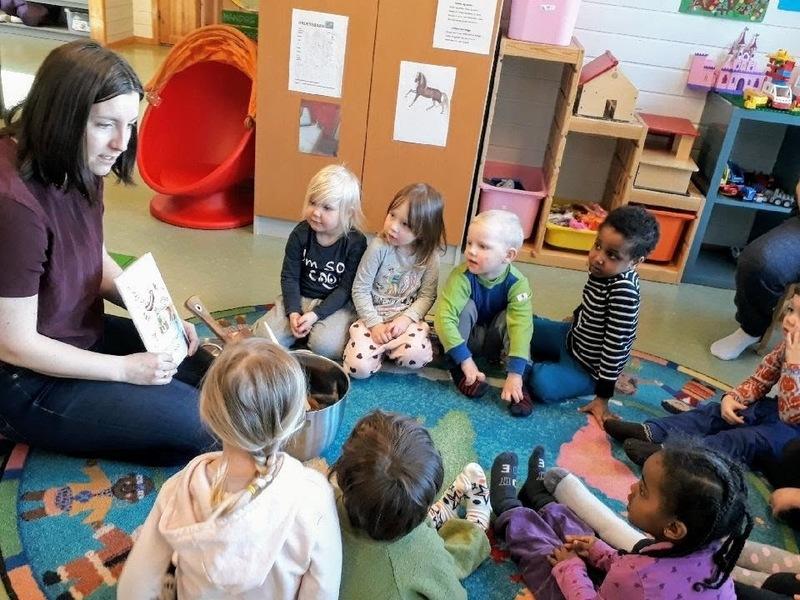 Bibliotekar Mari Hopland leser og koker saus med barna i Marielund barnehage.