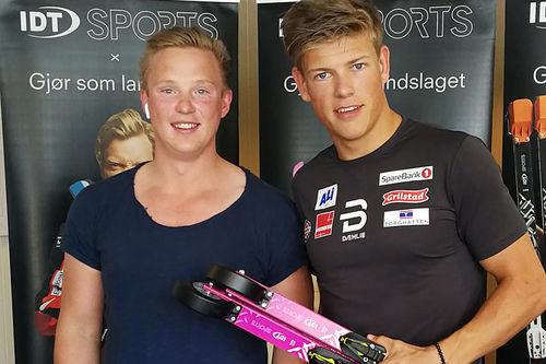 Johannes Høsflot Klæbo med sine rosa rulleski og Morten Iversbakken fra rulleskiprodusenten IDT Sports. Foto: Haakon Klæbo.
