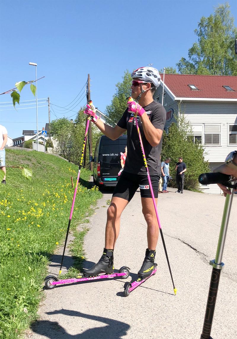 Johannes Høsflot Klæbo med sine rosa rulleski fra IDT Sports som blant annet lager rulleski. Foto: IDT.