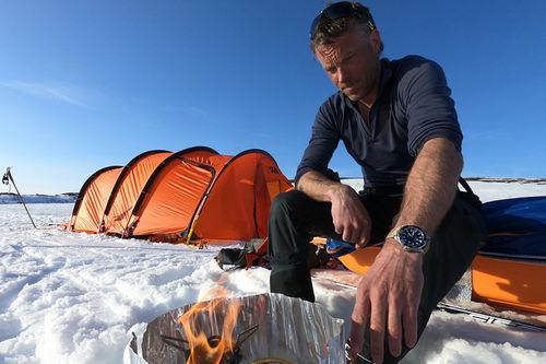 Nydelig vær da bildet ble tatt, men kaldt, trått og skavler har vært melodien så langt for Anders og Jørgen Aukland med følge. Nå venter snø, vind og dårlig sikt. Foto: Privat.