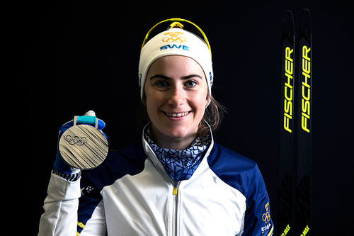 Ebba Andersson med medaljen fra OL i Pyeongchang 2018. Foto: Modica/NordicFocus.