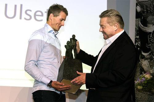 Nils Erik Ulset mottar Egebergs Ærepris fra komitéleder Børre Rognlien. Foto: Geir Owe Fredheim.