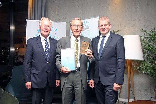 Per Nymoen mottar NSFs plakett på Skitinget 2018. Her er han flankert av Sverre K. Seeberg og Erik Røste. Foto: Norges Skiforbund.