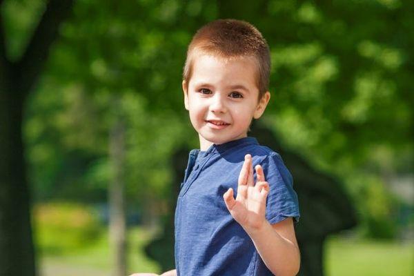 Liten gutt som vinker