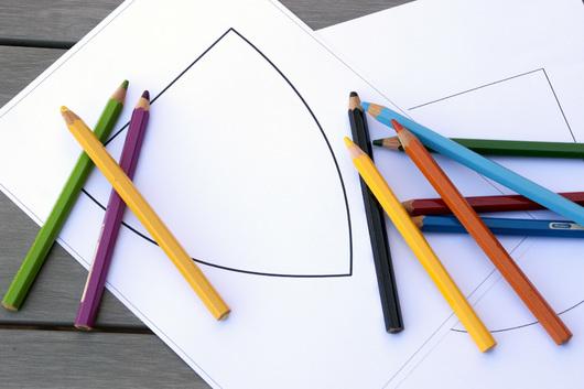 Illustrasjon: fargeblyanter og maler kommunevåpen