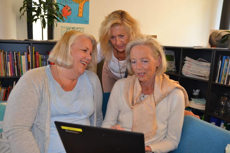 FUG-leder og ansatte kikker på ny hjemmeside