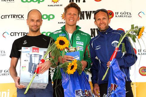 Seierspallen i Karlstad Stadslopp 2018. Fra venstre: Arne Post (2.-plass), Anders Gløersen (1) og Øystein Mørk (3). Foto: Anders Dahlen.