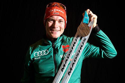 Benedikt Doll med medaljen fra Pyeongchang-OL. Foto: Manzoni/NordicFocus.
